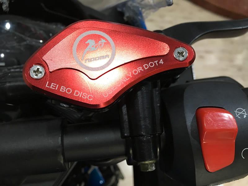 Электромотоцикл Electrowin EM-120. Крупный план элементов управления на руле