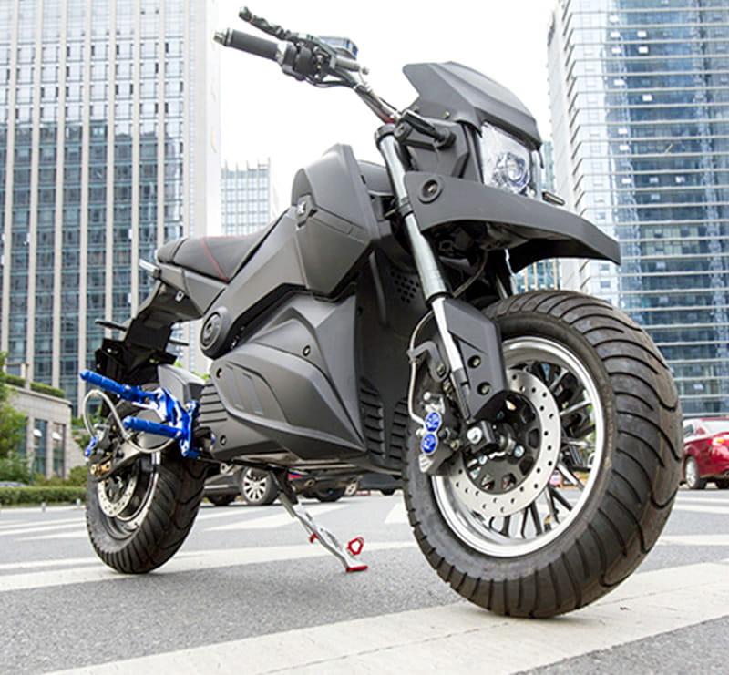 Электромотоцикл Electrowin EM-126 черный, в городском ландшафте
