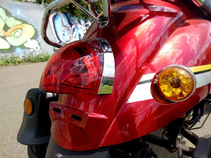 Задние фары красного электроквадроцикла Electrowin ES-135 крупным планом