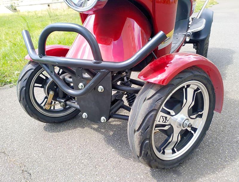 Передние колеса и бампер красного электроквадроцикла Electrowin ES-135