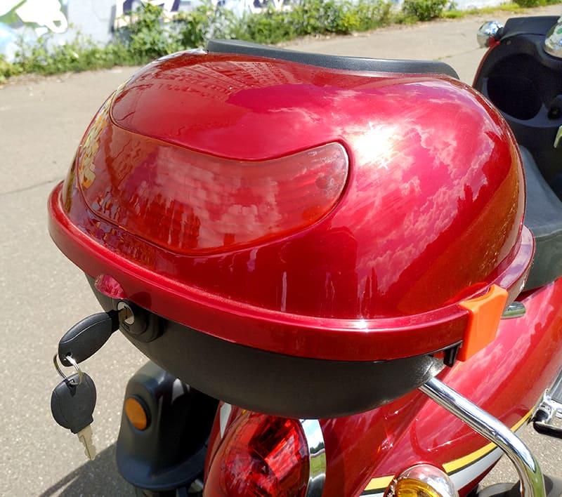Задний багажник красного электроквадроцикла Electrowin ES-135