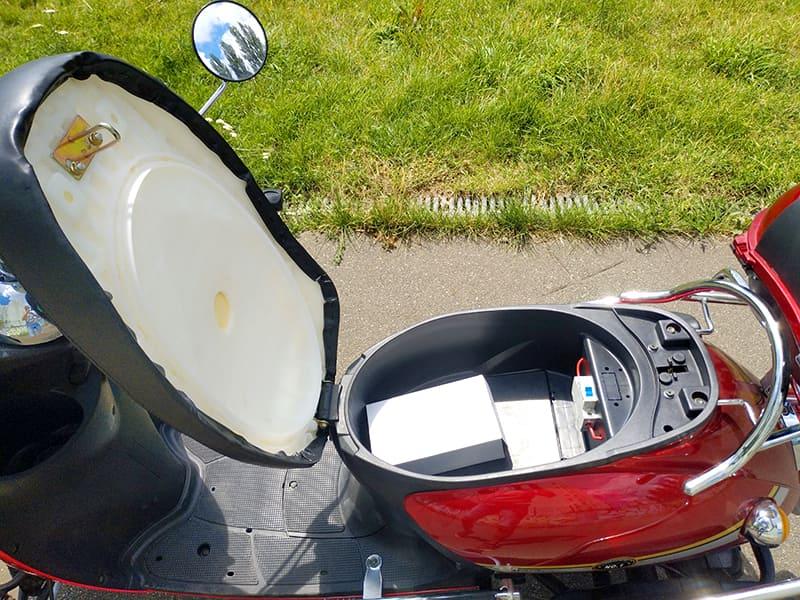 Открытый багажник под седлом четырехколесного электроскутера Electrowin ES-135