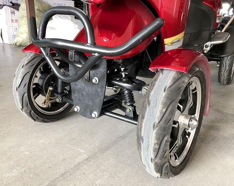 Передние колеса, бампер и амортизаторы красного четырехколесного электроскутера Electrowin ES-135
