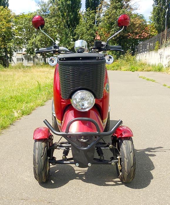 Красный четырехколесный электроскутер Electrowin ES-135 на улице, вид спереди