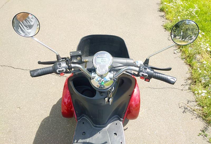Руль, панель управления и зеркала заднего вида четырехколесного электроскутера Electrowin ES-135, вид с водительского места