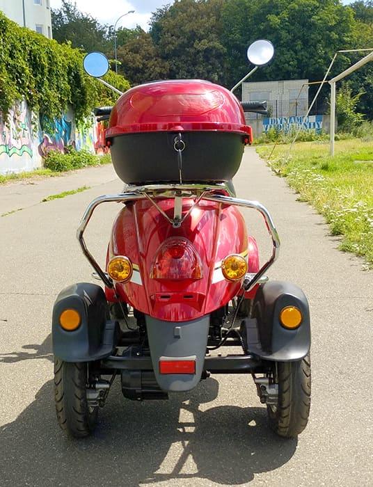 Красный четырехколесный электроскутер Electrowin ES-135 на улице, вид сзади