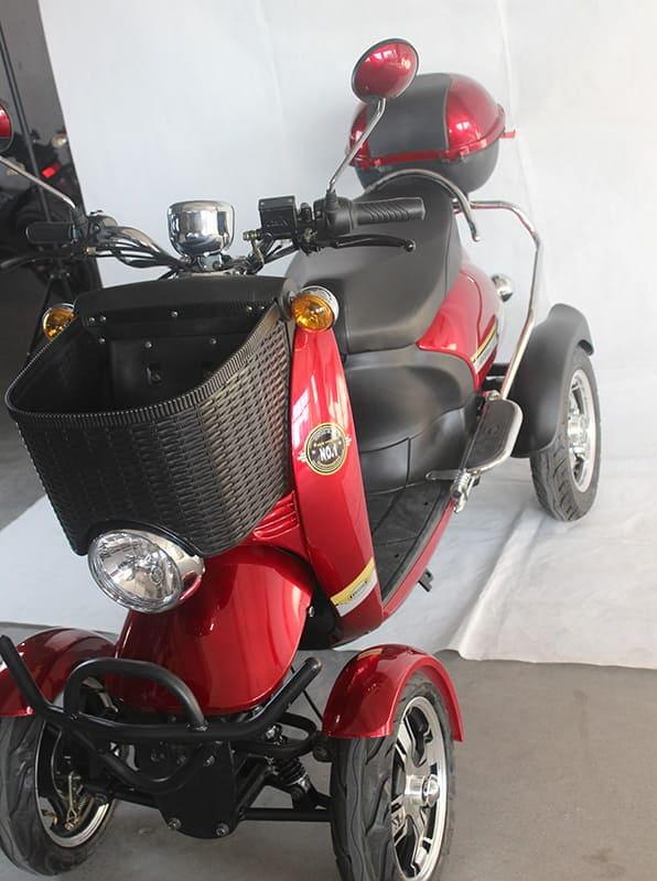 Красный четырехколесный электроскутер Electrowin ES-135. Вид сверху спереди слева