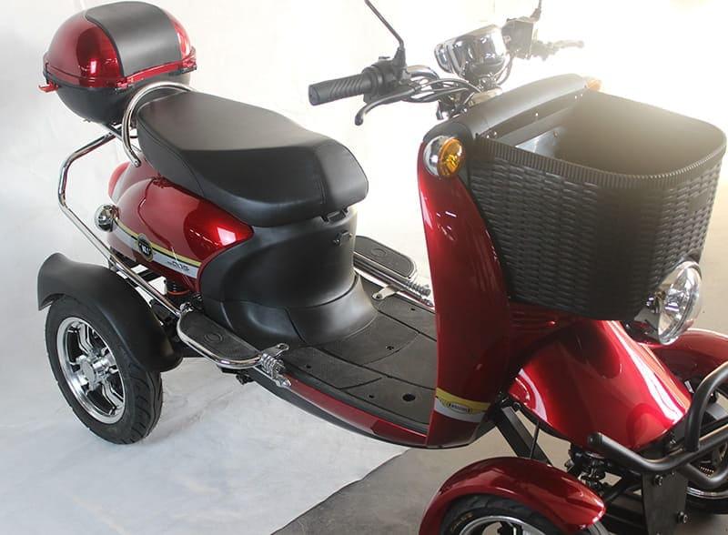 Электрический квадроцикл Electrowin ES-135, красный. Вид справа на водительское место