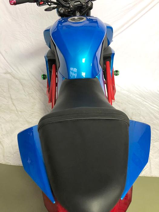 Синий электромотоцикл Electrowin EM-135, вид сзади, седло крупным планом