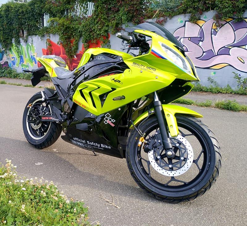 Электромотоцикл Electrowin EM-BM, зеленый, на улице. Вид спереди справа