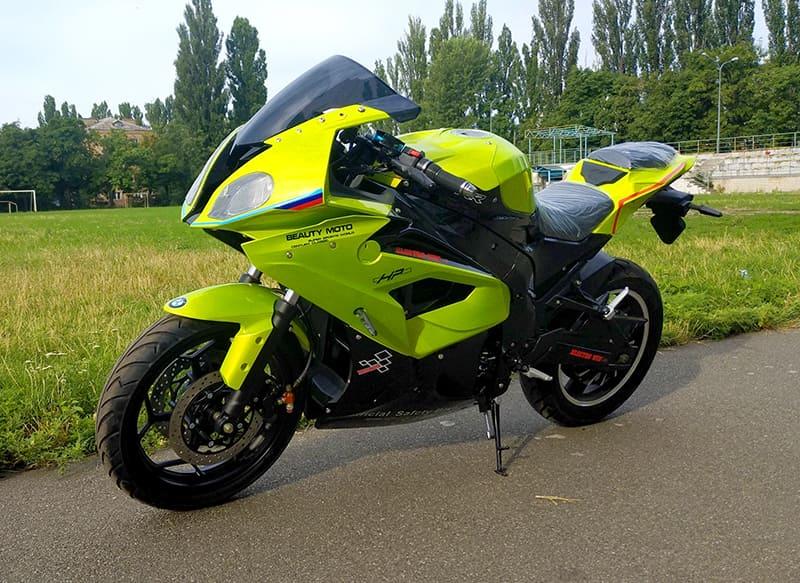 Электрический мотоцикл Electrowin EM-BM, зеленый, на улице. Вид спереди слева