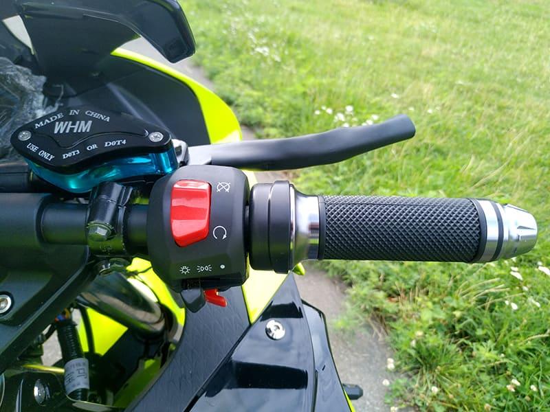 Правая ручка руля с элементами управления зеленого электромотоцикла Electrowin EM-BM