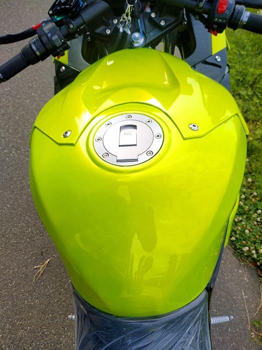 Фальшивый бензобак зеленого электромотоцикла Electrowin EM-BM