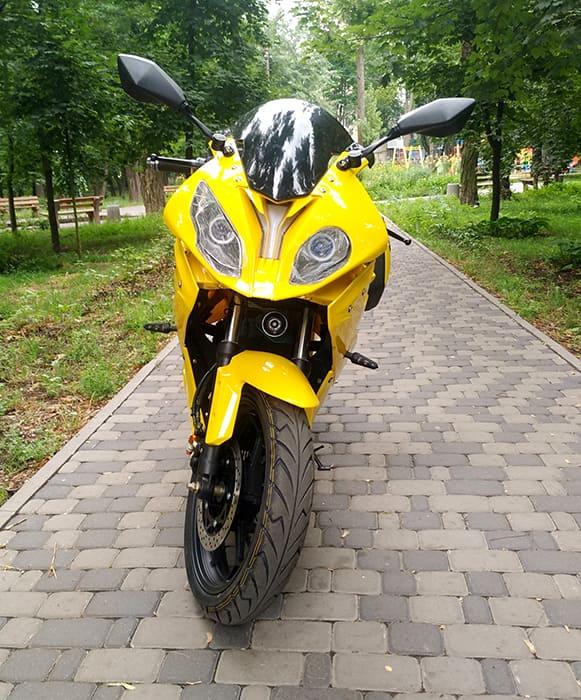 Желтый электромотоцикл Electrowin EM-BM. Фронтальный вид