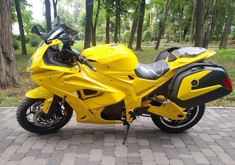 Желтый электрический мотоцикл Electrowin EM-BM с навесными задними багажниками. Левый профиль