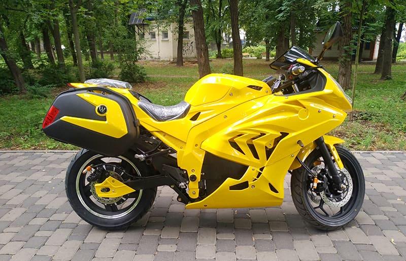 Желтый электрический мотоцикл Electrowin EM-BM с навесными задними багажниками. Правый профиль