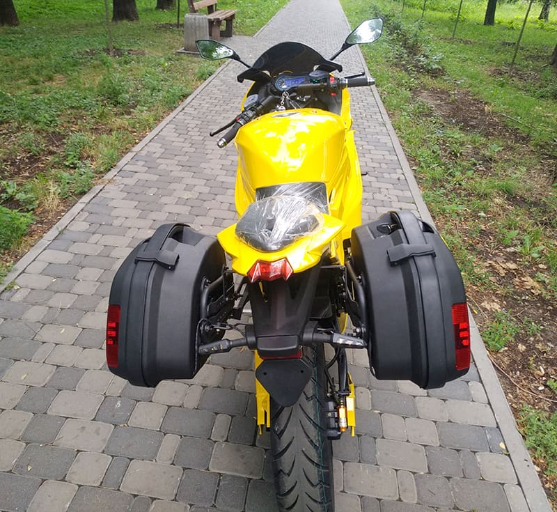 Желтый электромотоцикл Electrowin EM-BM с навесными задними багажниками. Вид сзади
