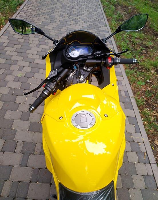 Вид на приборную панель и руль желтого электромотоцикла Electrowin EM-BM