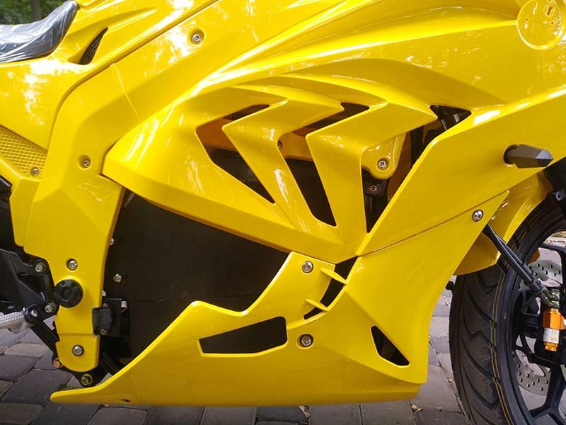 Дизайн боковой части кузова желтого электромотоцикла Electrowin EM-BM