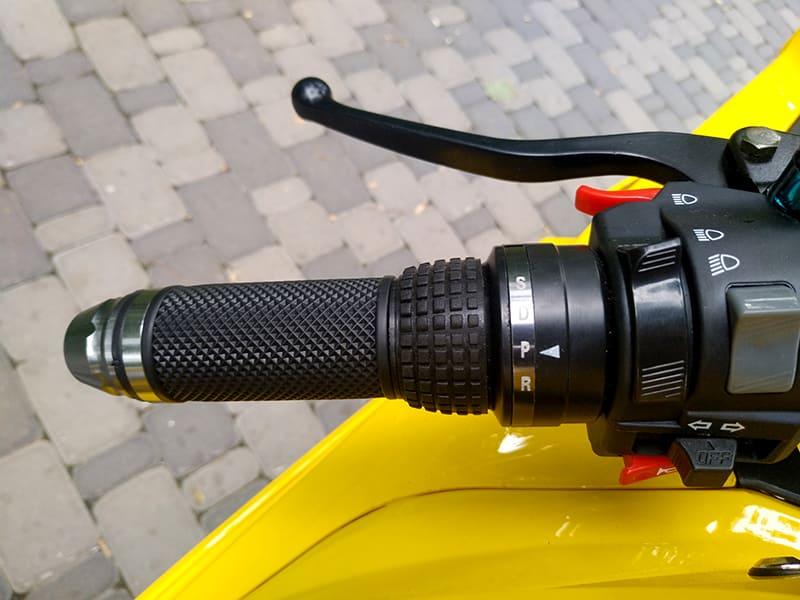 Левая ручка руля с элементами управления желтого электромотоцикла Electrowin EM-BM
