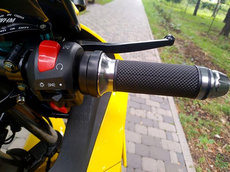 Правая ручка руля с элементами управления желтого электромотоцикла Electrowin EM-BM