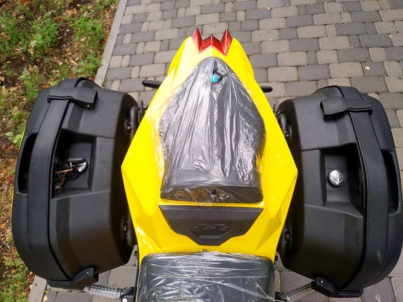 Заднее сидение и навесные боковые багажники желтого электромотоцикла Electrowin EM-BM. Вид сверху