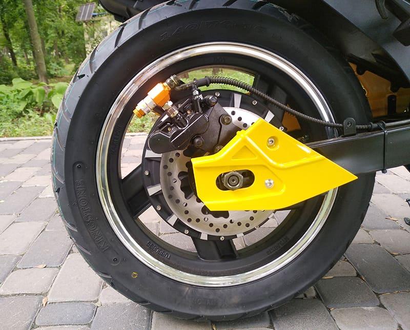 Заднее колесо с электродвигателем желтого электромотоцикла Electrowin EM-BM крупным планом