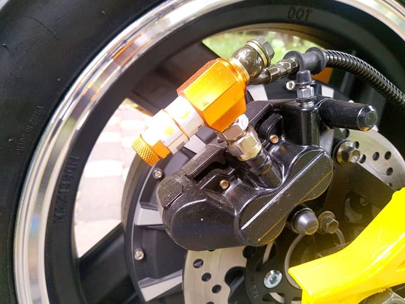 Электродвигатель желтого электромотоцикла Electrowin EM-BM, вид сблизка