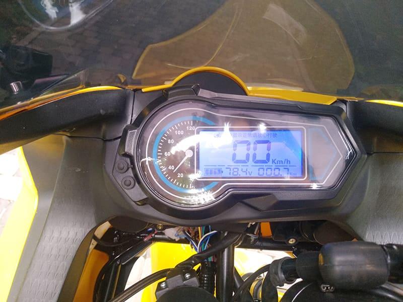 Информационный экран панели управления желтого электромотоцикла Electrowin EM-BM