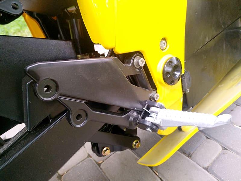 Боковая подножка желтого электромотоцикла Electrowin EM-BM