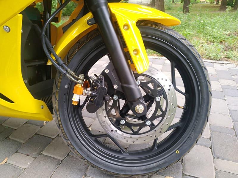 Переднее колесо с тормозом желтого электромотоцикла Electrowin EM-BM