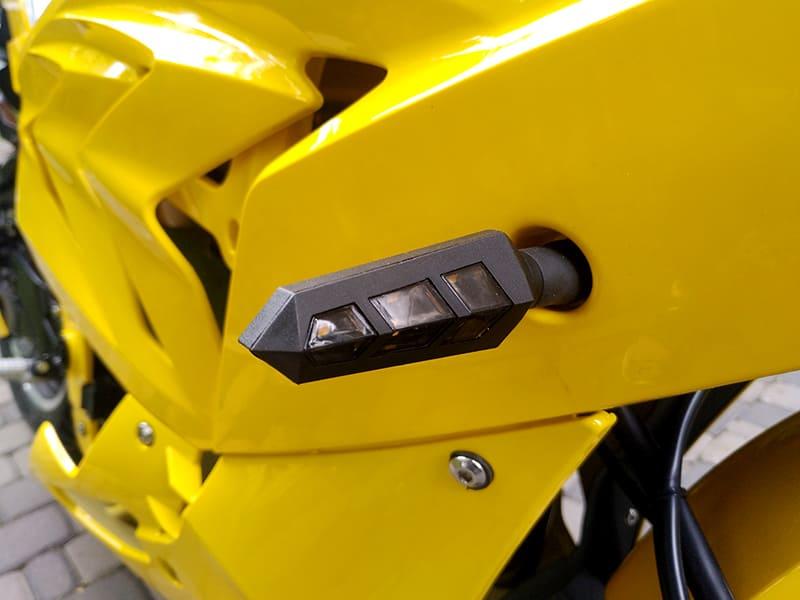 Фара поворотного сигнала желтого электромотоцикла Electrowin EM-BM