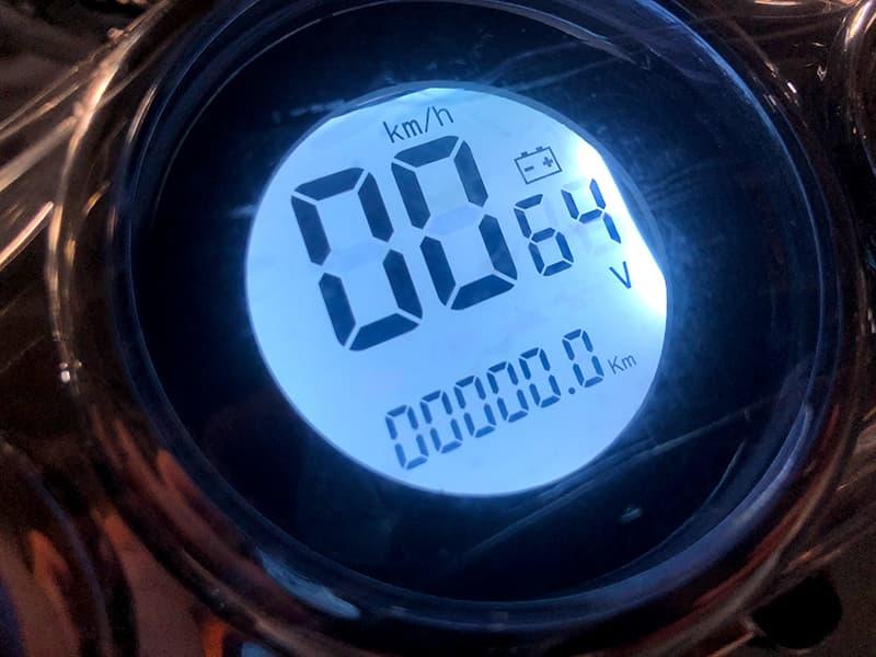 Спидометр черного электроскутера Electrowin EM-2166 в ретро стиле