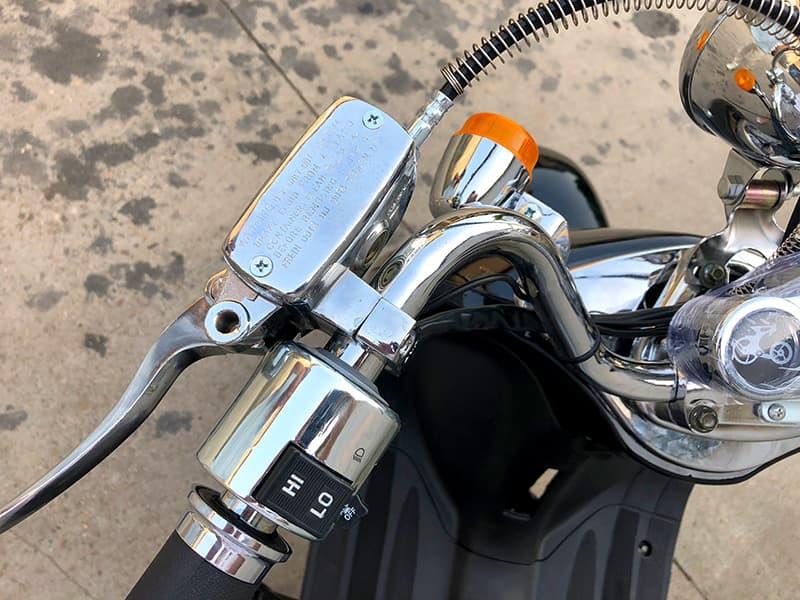 Руль и тормоз электроскутера Electrowin EM-2166, вид сверху