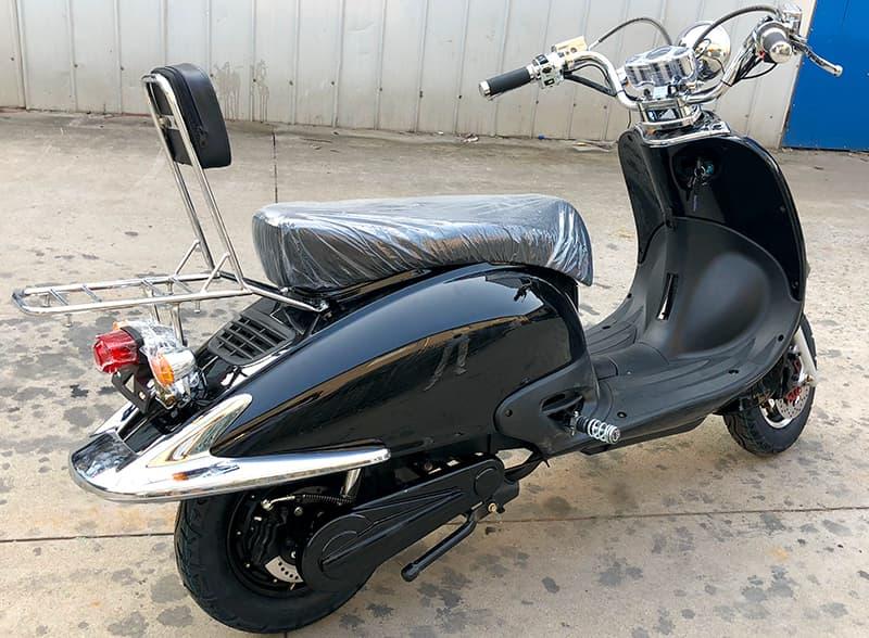 Черный электрический скутер Electrowin EM-2166 в ретро стиле, задний правый полупрофиль