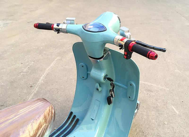 Руль и передняя часть кузова бирюзового ретро электроскутера Electrowin EM-2300