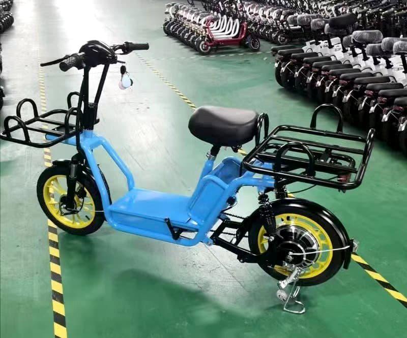 Синий электроскутер для службы доставки Electrowin Delivery с передним и задним багажниками