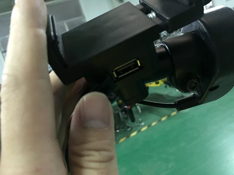USB-разъем электроскутера Electrowin Delivery крупным планом