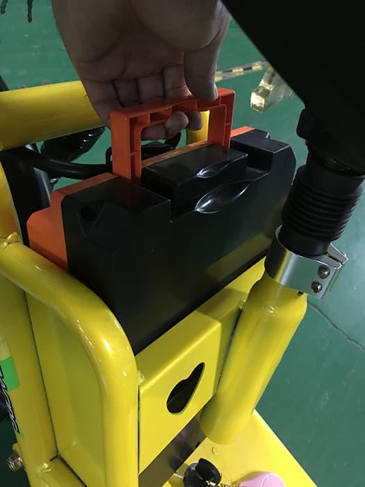 Демонстрация извлечения съемного аккумулятора электроскутера Electrowin Delivery
