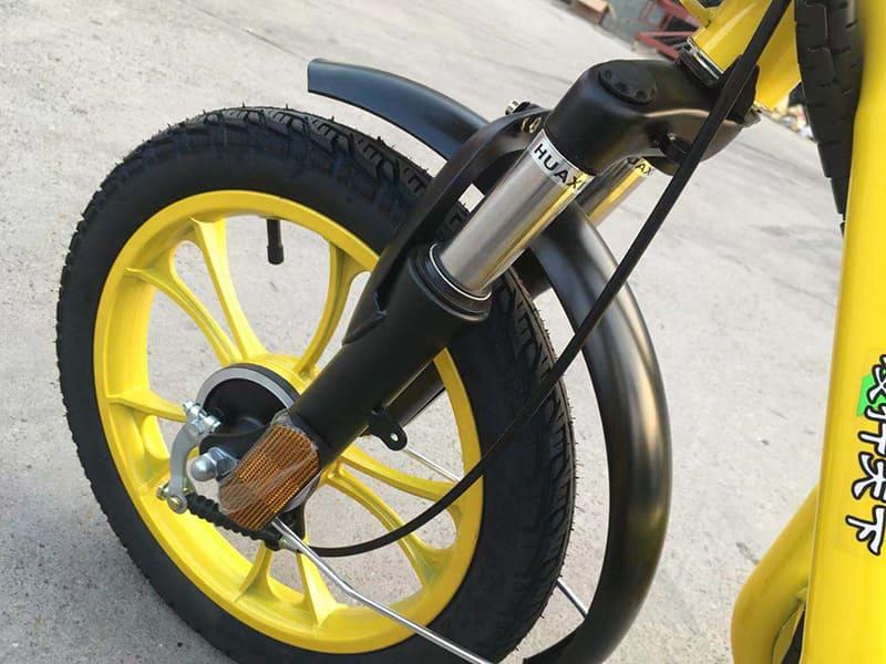 Переднее колесо электроскутера для курьерской службы Electrowin Delivery крупным планом