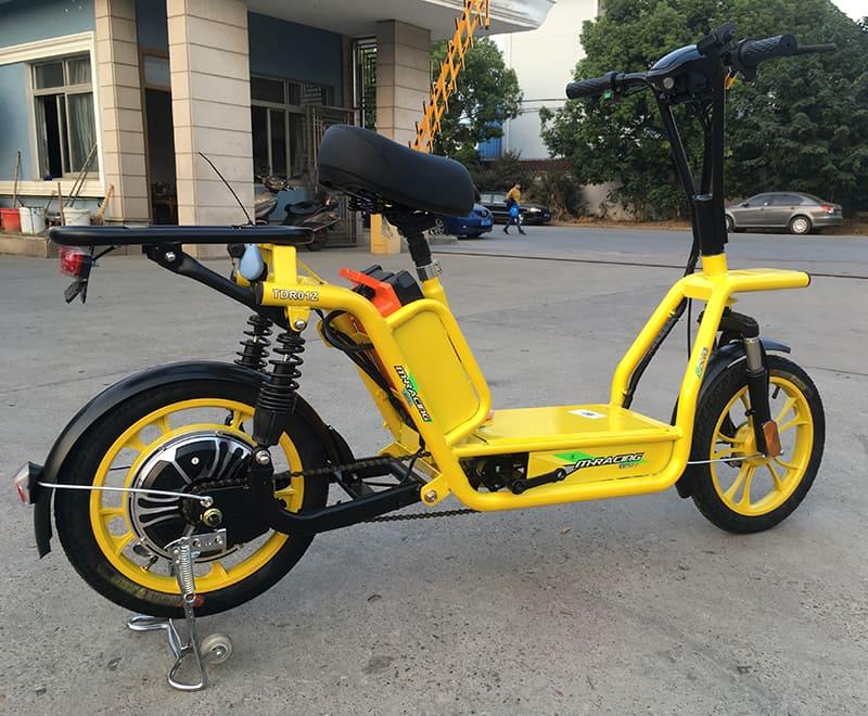Электрический скутер для доставки Electrowin Delivery, вид справа снизу на улице