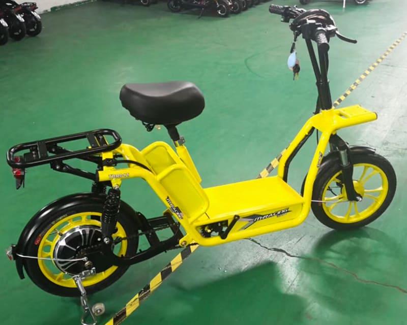 Электрический скутер для службы доставки Electrowin Delivery, вид справа в павильоне