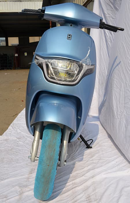Голубой электроскутер Electrowin iMi, вид спереди