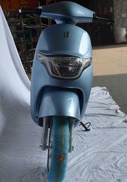 Электрический скутер Electrowin iMi голубого цвета, вид спереди