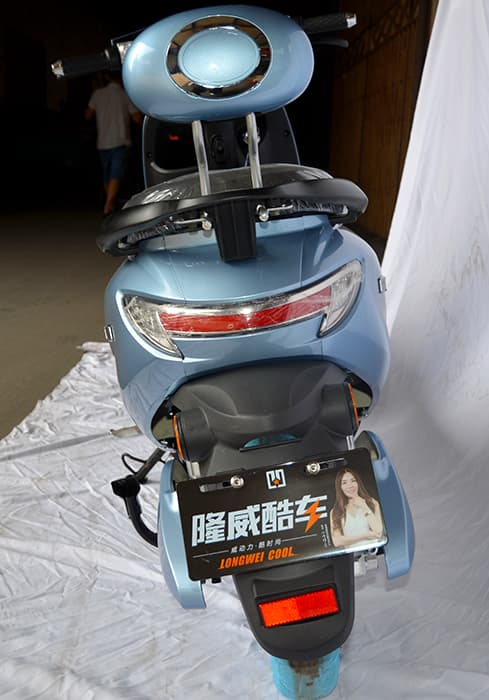 Электрический скутер Electrowin iMi голубого цвета, вид сзади