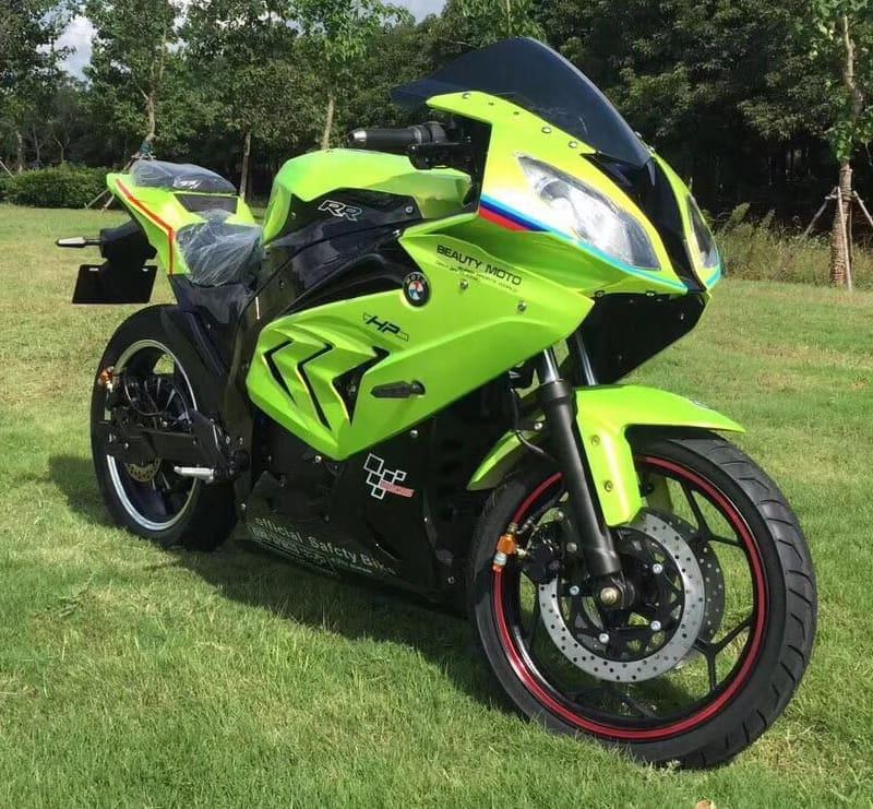 Электромотоцикл Electrowin EM-BM, зеленый. Вид спереди справа