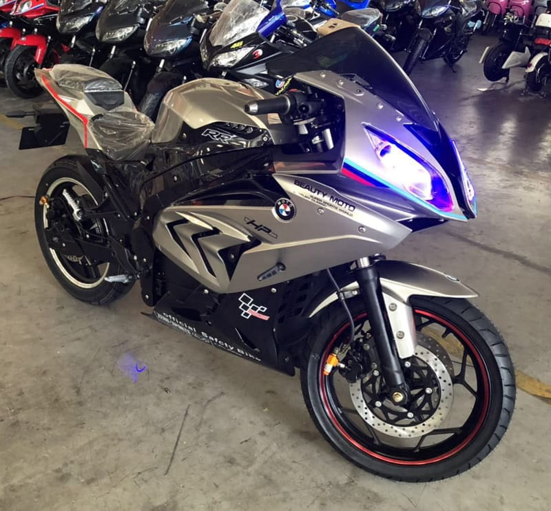 Электромотоцикл Electrowin EM-BM, серый металлик. Вид спереди справа