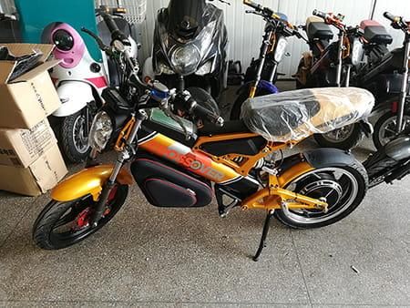 Электромотоцикл Electrowin EBM-126, складной, желтый. Фото 2