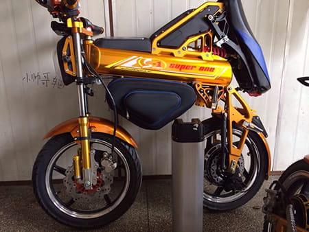 Электромотоцикл Electrowin EBM-126, складной, желтый. Фото 7