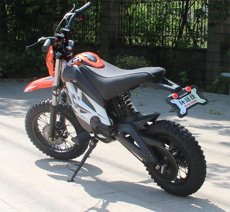 Кроссовый электромотоцикл Electrowin EMB-188, оранжевый. Вид сзади слева